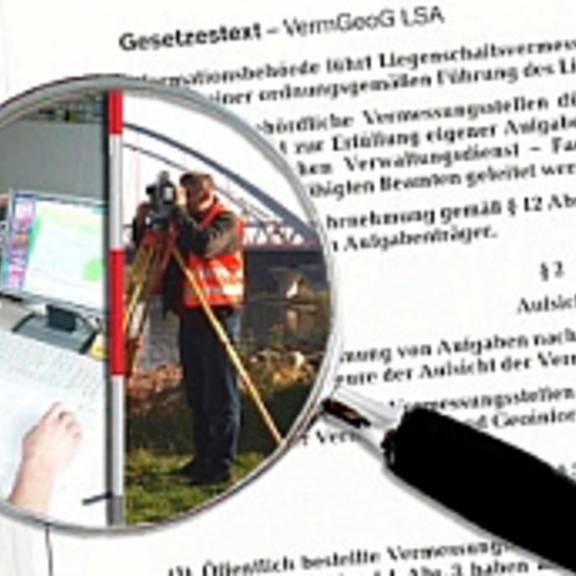 Lupe vor Gesetzestext mit Darstellung innerhalb der Lupe von graphischem Arbeitsplatz im Innendienst und Vermessungstätigkeit im Außendienst
